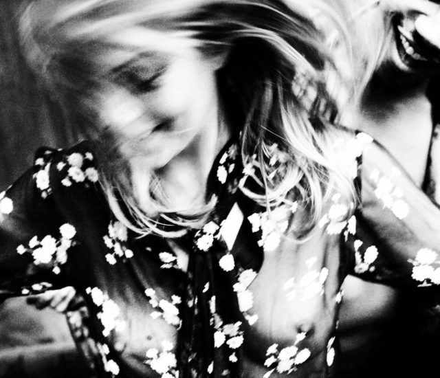 warm-smile-kate-moss-by-mario-testino-for-vogue-italia-february-2016-2