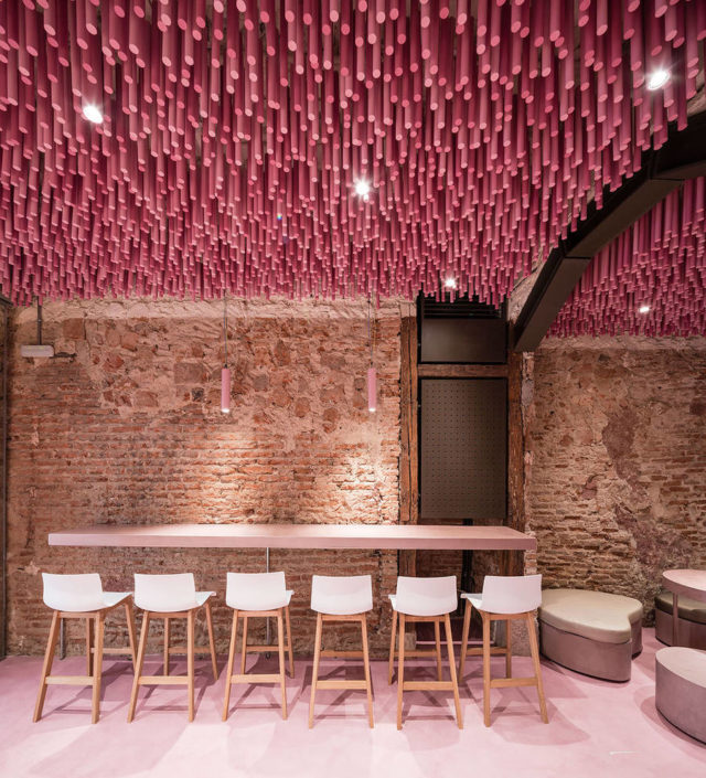 ideo-arquitectura-magenta-bakery-ceiling-in-madrid-bar-chairs