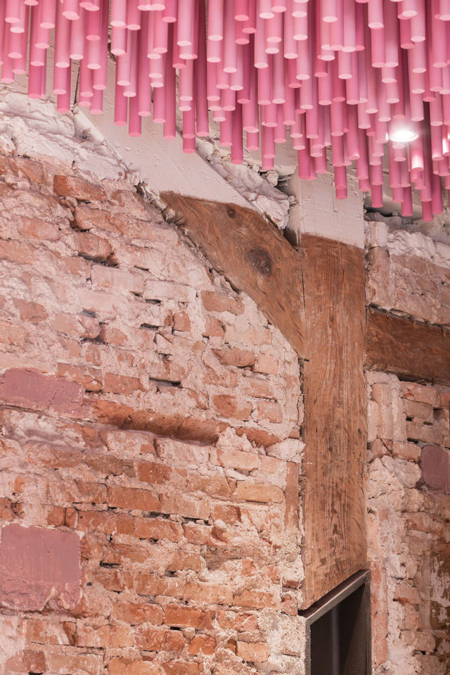 ideo-arquitectura-magenta-bakery-ceiling-in-madrid-closeup-with-wall