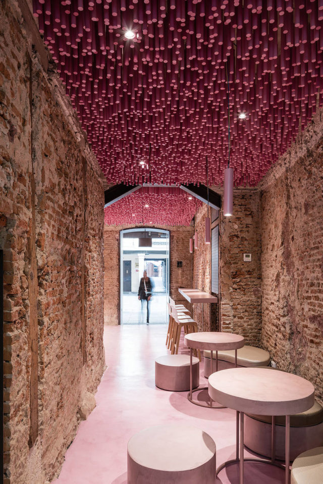 ideo-arquitectura-magenta-bakery-ceiling-in-madrid-front-door-view