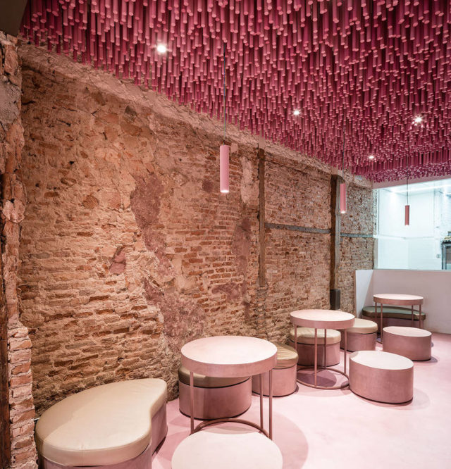 ideo-arquitectura-magenta-bakery-ceiling-in-madrid-with-chairs