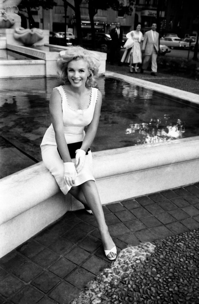 Marilyn Monroe At The Plaza Hotel Fountain